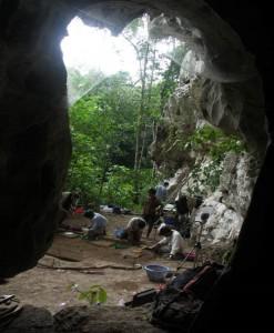 L'abri de Liang Abu vu des cavités karstiques / Liang Abu rockshelter, view from inside karstic cavities
